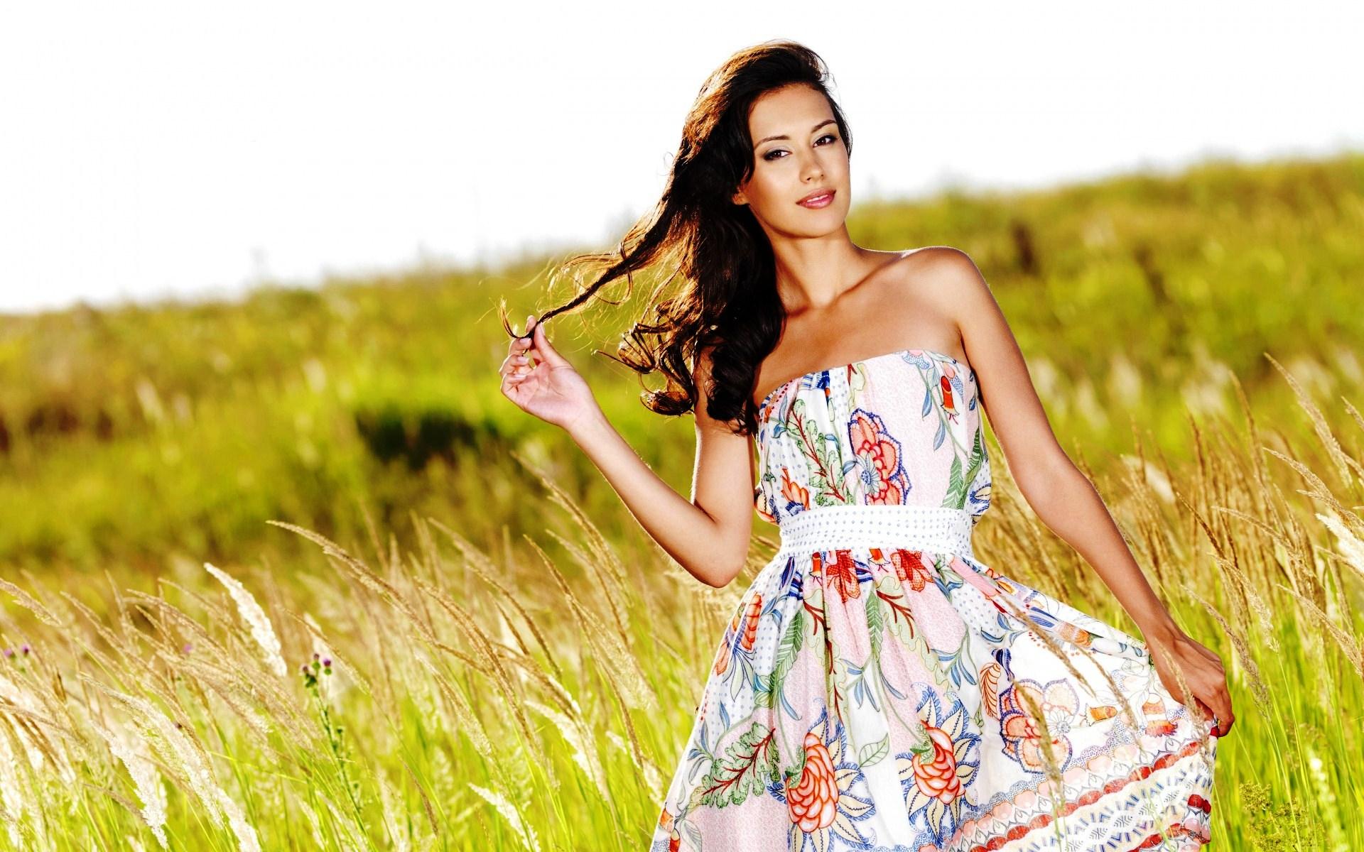Смотреть девушек в летних платьях